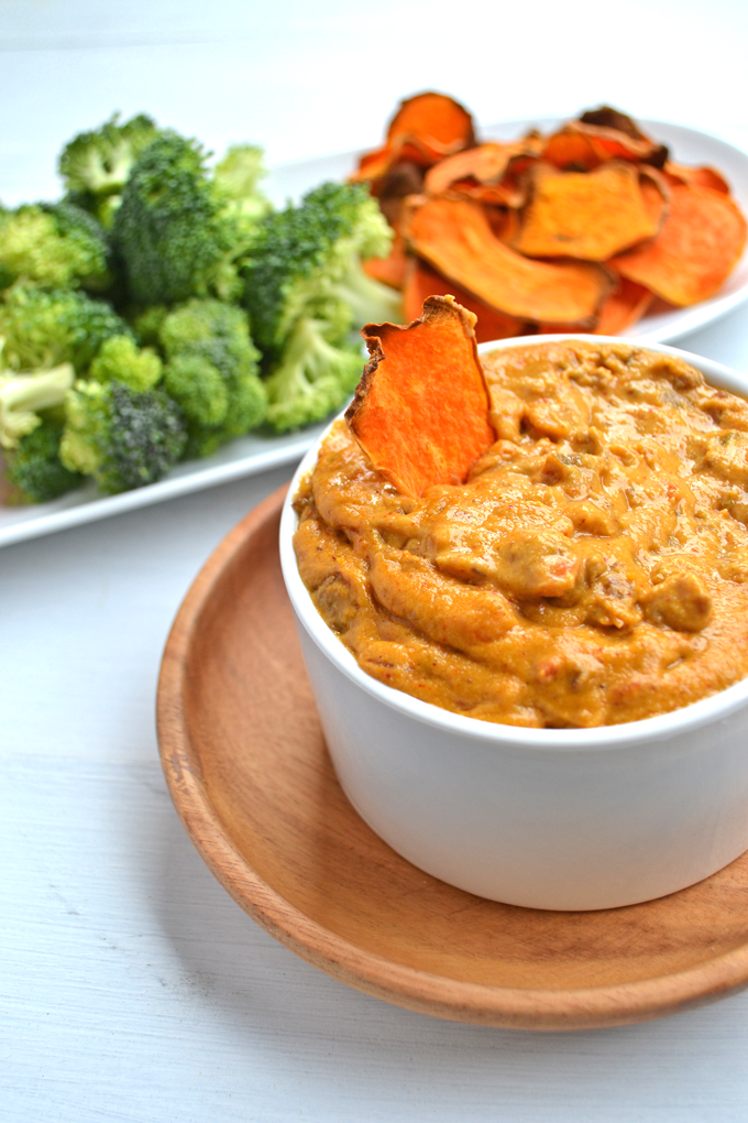 Paleo Chili Cheese Dip! This is a perfect whole30 approved appetizer for any occasion! Dairy free, gluten free, guilt free!